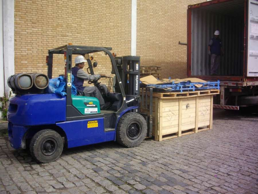 A Empilhadeira Komatsu FG40 Triplex é ideal para atividades de indústria e depósitos, pois apresenta dimensões compactas e capacidade de carga de até 4.000 kg.