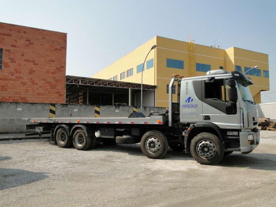 Caixa de carga: 9,0m x 2,60m. Capacidade de carga para transporte: 15 ton.