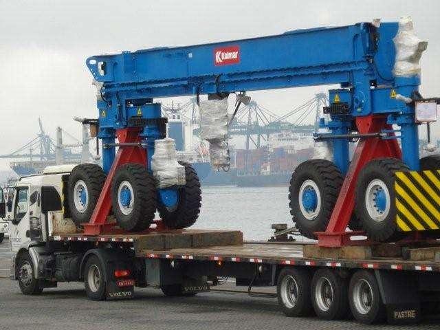 A carreta carga seca 03 eixos rebaixada para Transporte Pesado é indicada para peças largas e com grande altura, uma vez que seu diferencial está no rebaixamento da caixa de carga.
