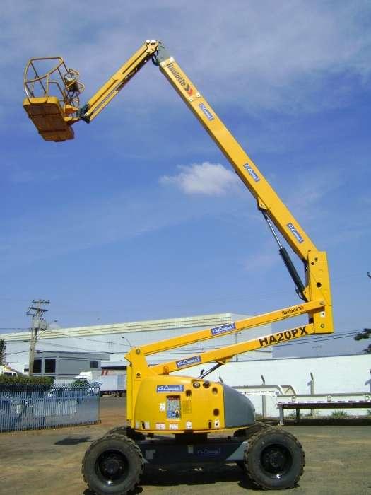 A PTA com Lança Telescópica Articulada Haulotte HA20PX é uma plataforma da linha HA, robusta e segura em sua utilização, seja em ambientes externos ou internos que contém obstáculos de trabalho.
