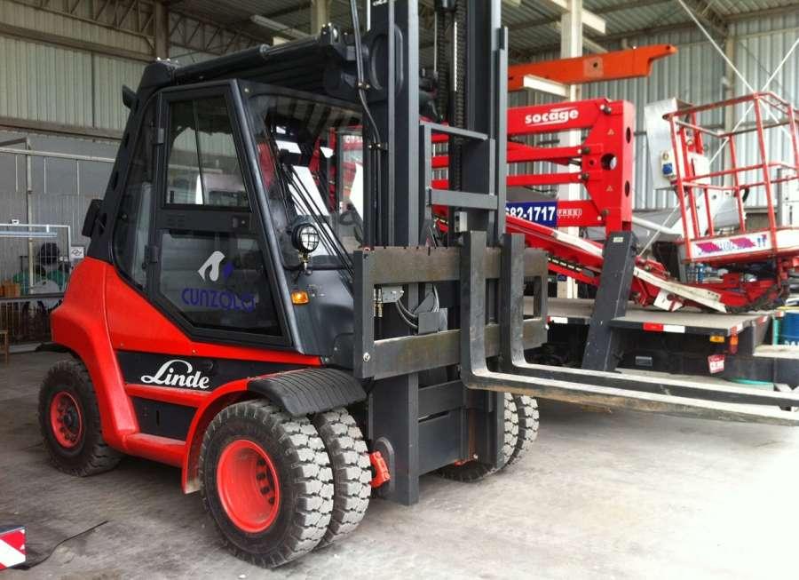 A Empilhadeira Linde H80D tem boa capacidade de tração, sendo muito utilizada em remoção industrial.
