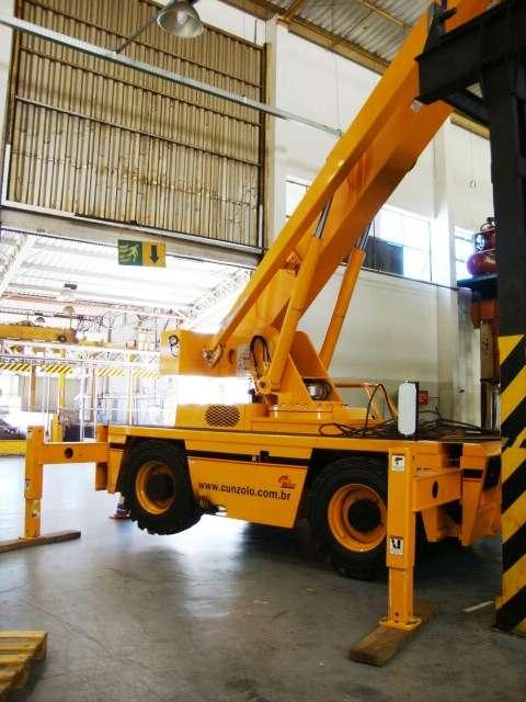 O Guindaste industrial Broderson IC 250 é ideal para içamento de peças que requerem uma alta performance em locais de difícil acesso ou restritos.