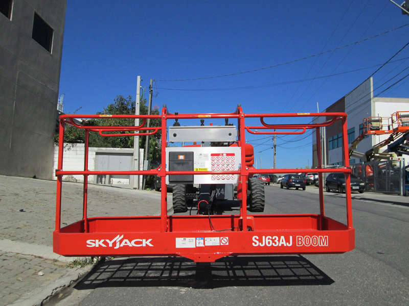 A Plataforma com Lança Telescópica Articulada SkyJack SJ 63AJ é uma PTA versátil para trabalhos em espaços reduzidos, ideal para ambientes internos ou externos.