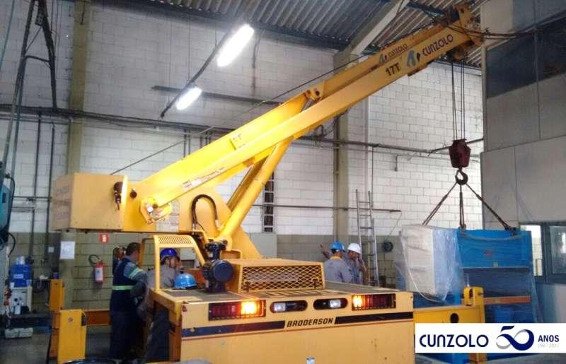 Equipe de Remoção Industrial em Ação na cidade de Campinas-SP. O transporte de máquina em local de espaço restrito e de difícil acesso foi realizado com o Guindaste Industrial Broderson IC-250.