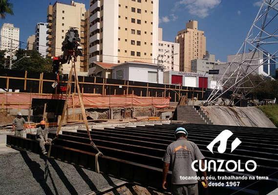 A equipe da Cunzolo realizou a montagem de vigas da ponte de retorno da Avenida Orozimbo Maia, em Campinas-SP.